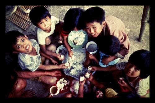 children eating rice